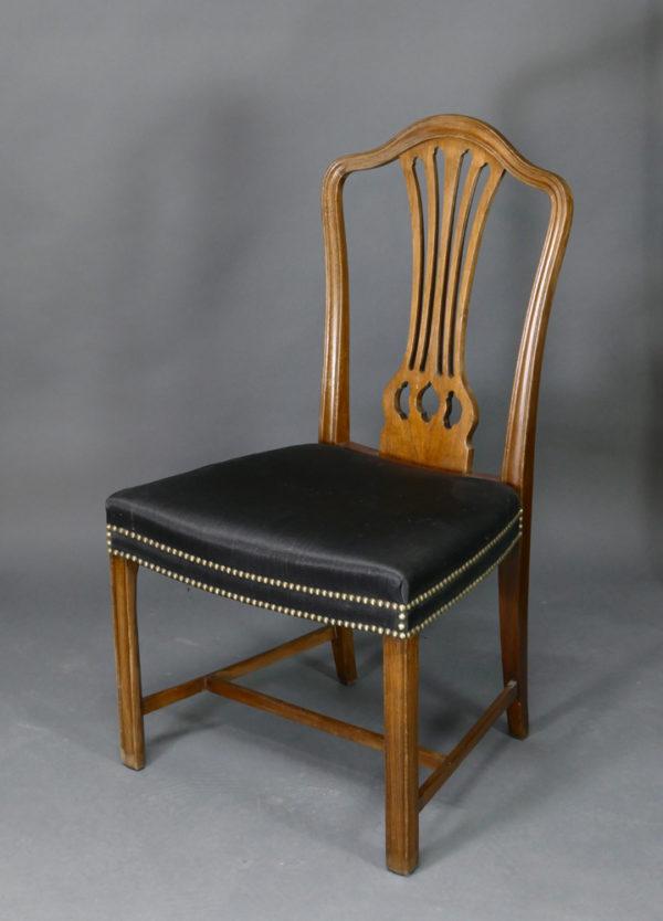 Satz von vier Stühlen
