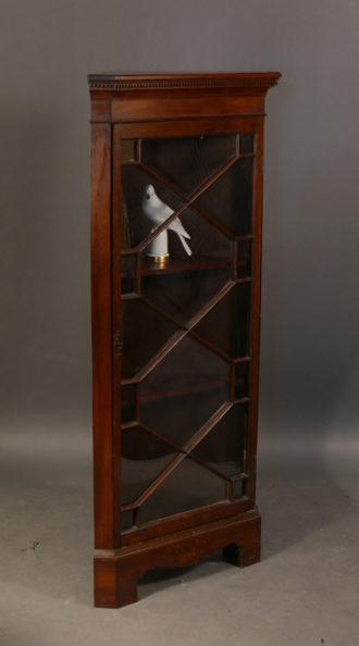 eckvitrine antiquit ten am alten hof. Black Bedroom Furniture Sets. Home Design Ideas